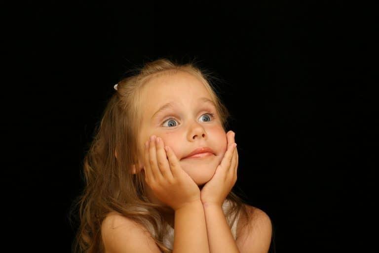 ילדה מופתעת