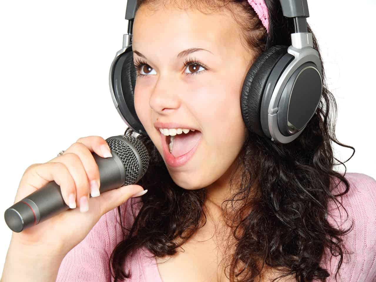 אישה שרה שיר