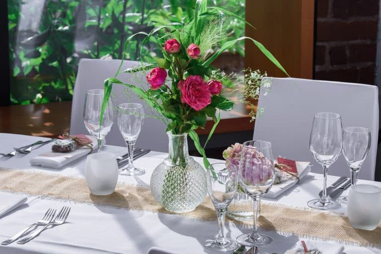 כוסות ואגרטל על השולחן