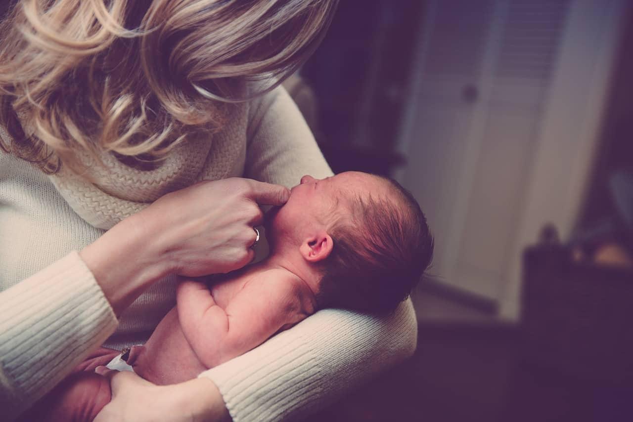 אם ותינוק קטן