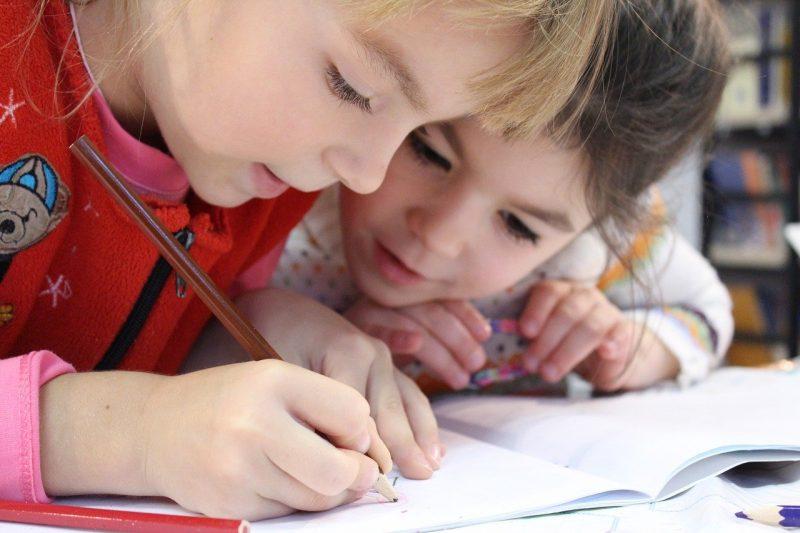 ילדים עושים יצירה