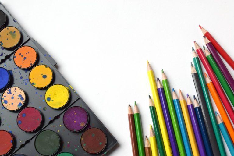 עפרונות וצבעים