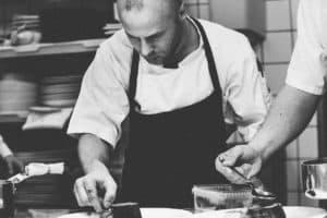 איש מבשל