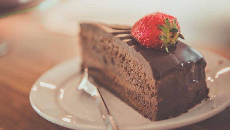 עוגת שוקולד או שניצל בפיתה לארוחת צהריים